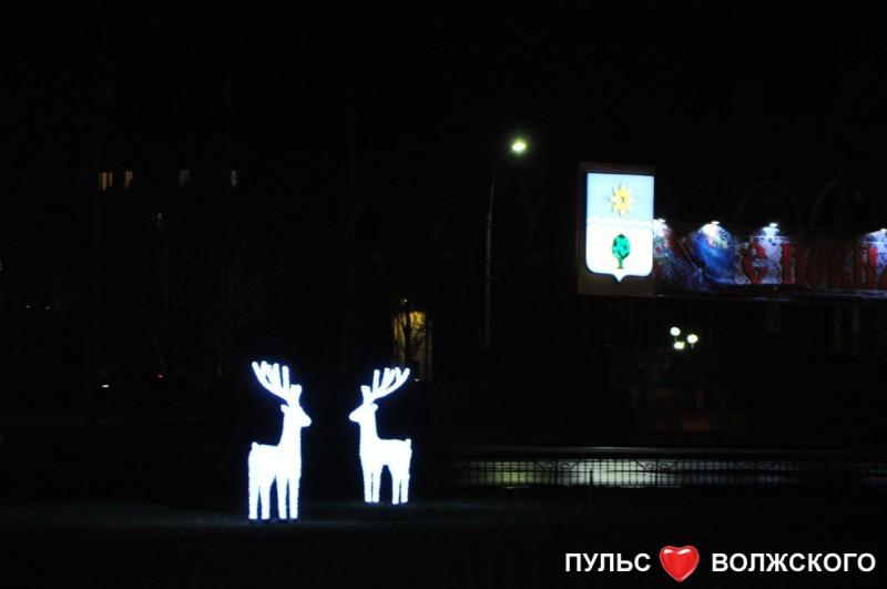 В Волжском напротив площади Ленина установили белых оленей и снежинки