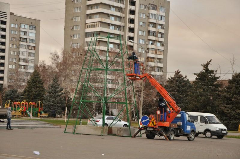 В Волжском на площади Ленина устанавливают новогоднюю ёлку